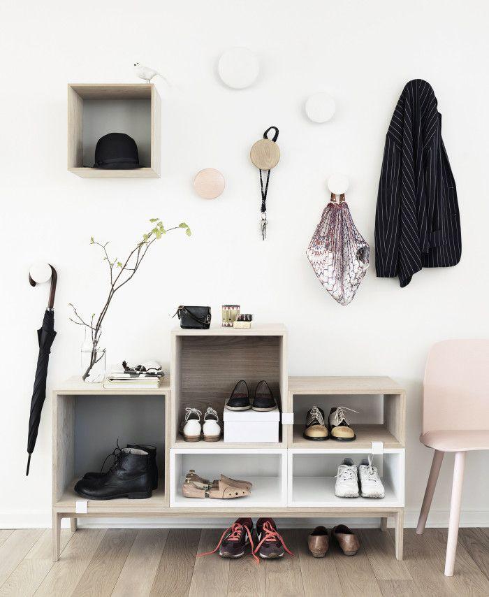Tänk vad en stomme och några uppställda boxar kan göra. Sätt upp en av lådorna på väggen tillsammans med knoppar för ett svävande intryck.