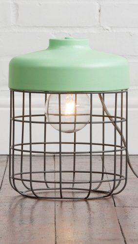 Lampa da terra Arthur : il design industriale è addolcito da un look gentile, grazie ai paralumi metallici dipinti con colori matt e pastello. Il cavo è rivestito in tessuto black and white vivace e di qualità.