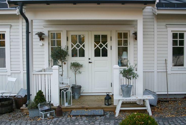 Entre med vacker ytterdörr och fin krysspröjs