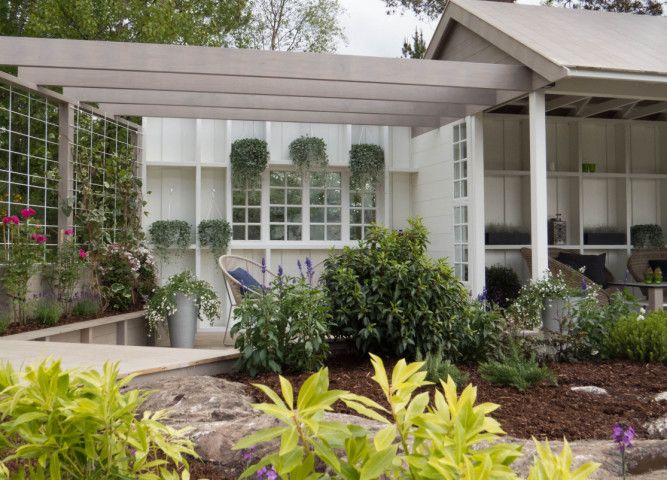 GRØNT: Flere bed er plantet i Tid for hjems romantiske hage. Pieris, Hebe og Laubærhegg har alle fått plass. FOTO: TID FOR HJEM / TV 2