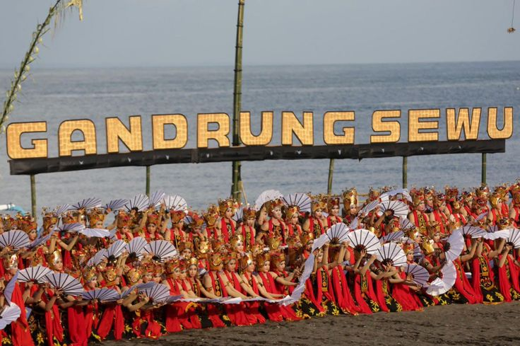 dance performance of thousand people in Banyuwangi called Gandrung Sewu