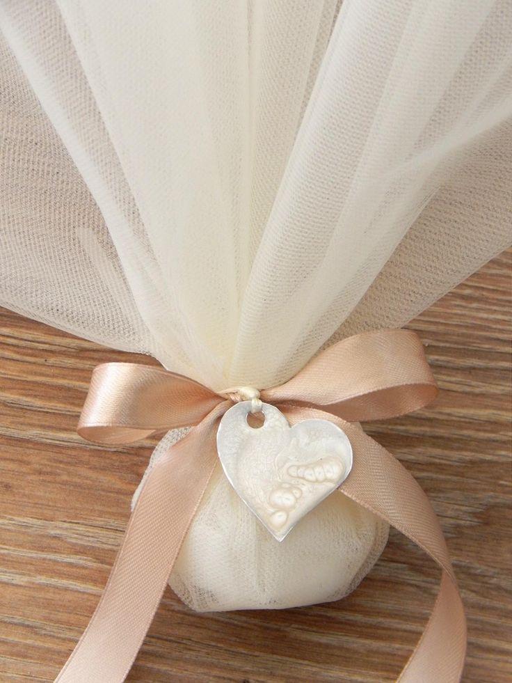 Μπομπονιέρα γάμου με τούλι και διακοσμητική καρδούλα  www.bonbonierahandmade.com