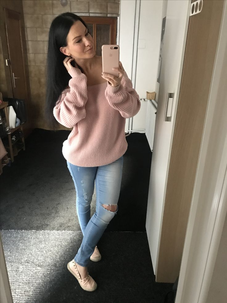 Pink sweater with ripped blue jeans. Missguided and Calzedonis