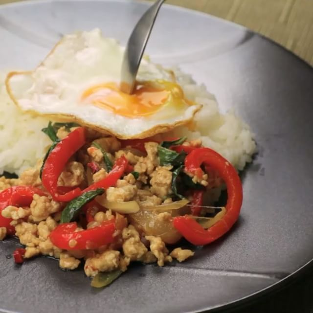 タイに行きたい、ガパオのご紹介です。 タイ料理で有名なガパオライスですが、なぜガパオと呼ばれるか皆さんは知っていますか? . ■材料(1人分) 鶏挽肉 200g バジルの葉 15枚程度 パプリカ 1/2個 玉ねぎ 1/2個 にんにく 1片 赤唐辛子 2本 ごま油 大さじ1 卵 1個 ごはん 適宜 . (A) ナンプラー 大さじ1 みりん 大さじ1 酒 大さじ1 オイスターソース 小さじ2 しょうゆ 小さじ2 砂糖 小さじ1 鶏がらスープの素 小さじ1 塩こしょう 少々 . ガパオライスとは名前にある通り、ガパオというハーブを使うことからそう呼ばれているそうです。ということは日本で食べられる多くはガパオ風ライスなのかもしれません!このレシピもガパオ風ということになりますね。 ごちそうさまでした! . #gohanjp #gohan #food #フード #ごはん #おかず #レシピ #簡単 #自炊 #男の料理 #料理男子 #男飯 #男子ごはん #お手軽料理 #ズボラ飯 #一人飯 #1分お手軽オトコのゴハン #ガパオ風 #ハーブ #ガパオ