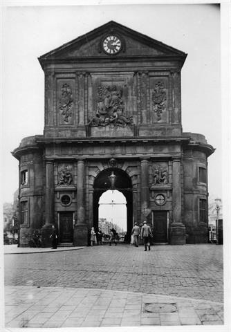 Delftsche Poort De Delftsche Poort was een stadspoort waarvan de laatste in 1764 werd gebouwd. Het ontwerp kwam van de Pieter de Swart. Het gebouw werd beschadigd tijdens het bombardement en later in zijn geheel weggehaald. Een replica is te vinden aan de Pompenburg.