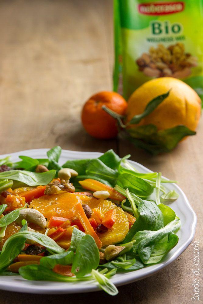 Questa insalata con zucca, carote, arancia, mandarini e frutta secca è un pieno…