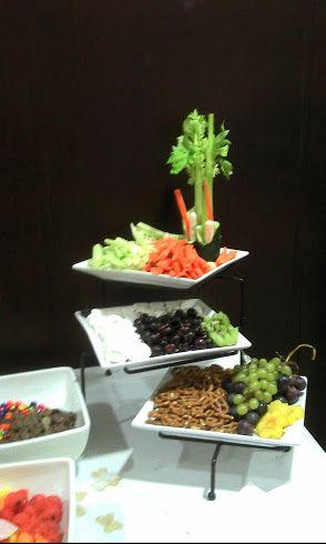 repisa de botanas, pepino, jicama y zanahoria bañadas de delicioso chamoy..acompañadas de pretzels, y uvas