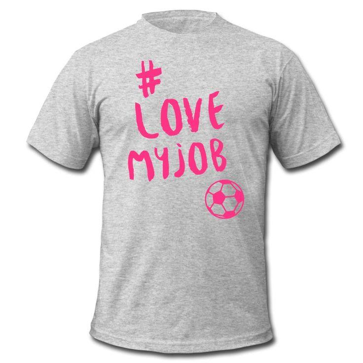 Du liebst, was du tust und du tust was du liebst – und du liebst Fußball ... Zeig es allen! • Klassisch geschnittenes T-Shirt für Männer