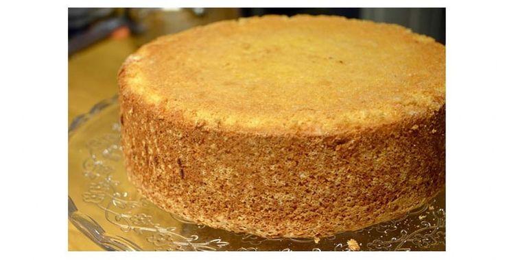 Ett enkelt recept på en luftig hög tårtbotten som du lyckas med gång på gång och går att frysa in om du vill baka den i förväg.
