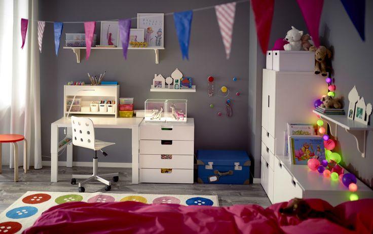Cameretta con scrivania bianca regolabile a tre diverse altezze. Mensola per scrivania, mobile con cassetti e sedia girevole, tutto in bianco – IKEA