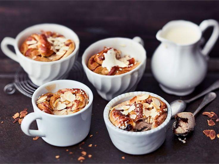 """Valmista helppotekoinen jälkiruoka. Pakastekorvapuusteista loihdit yhdessä maustetun rahkan kanssa """"bread pudding"""" tyylisen jälkiruoan. Työvälineiksi riittävät sakset, lusikka ja pullasuti!"""