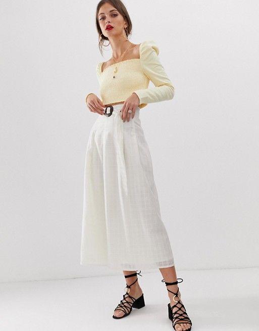 14a8fa050 Falda midi de talle alto con diseño texturizado y hebilla de madera ...