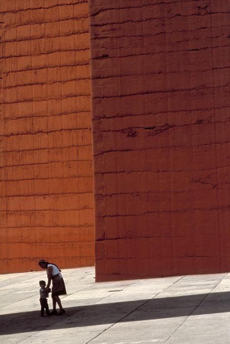 """Mathias Goeritz y Luis Barragán, detalle de las imponentes """"Torres de Satelite"""" en sus colores originales"""