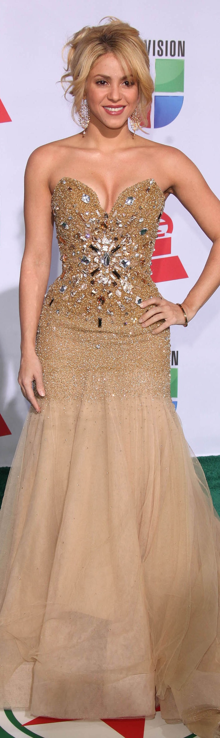 Shakira gold dress #strapless