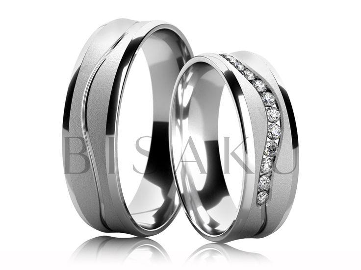 4667 Elegantní snubní prsteny z bílého zlata, jejichž tvar je lehce prohlý dovnitř. Prostřední část je v matném provedení (pískování) a je zdobena lesklou drážkou ve tvaru vlnovky, která zdobí oba prsteny po celém obvodu. Kraje jsou ve vysokém lesku. #bisaku #wedding #rings #engagement #svatba #snubni  #prsteny