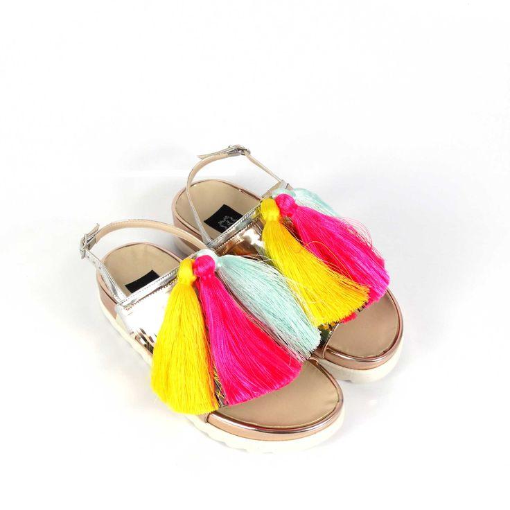 Sandale de damă Mineli Lollipops din piele naturală rose gold, ornamentate cu ciucuri din mătase colarați. Colorate și jucăușe, vor da un aer vesel unei ținute relaxate de vară.