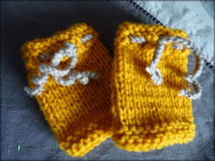 guêtres bébé coloris moutarde avec lien taupe, tricoté main : Mode Bébé par mysweetbrittany