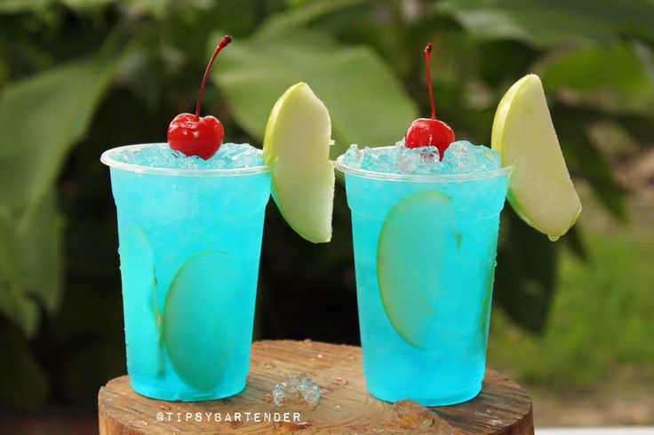 Manzana Azul Cocktail - For more delicious recipes and drinks, visit us here: www.tipsybartender.com