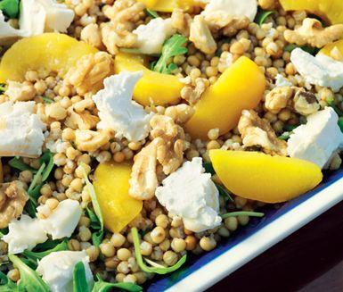 Har du testat matvete? Inte? Då är det dags att laga denna fantastiska matvetesallad med aprikoser och getost, den är formidabel! Enkel att göra och smakar förträffligt.