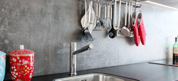 Weer wat anders dan tegels en mooi plintloos. Beton Ciré, cementgebonden, naadloos, bezorgen en applicatie - Specialstucco.nl