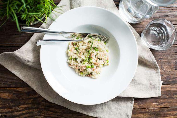 Recept voor risotto voor 4 personen. Met zout, boter, water, peper, Hollandse garnaal, gerookte forelfilet, risottorijst, ui, visbouillon, bieslook en doperwt
