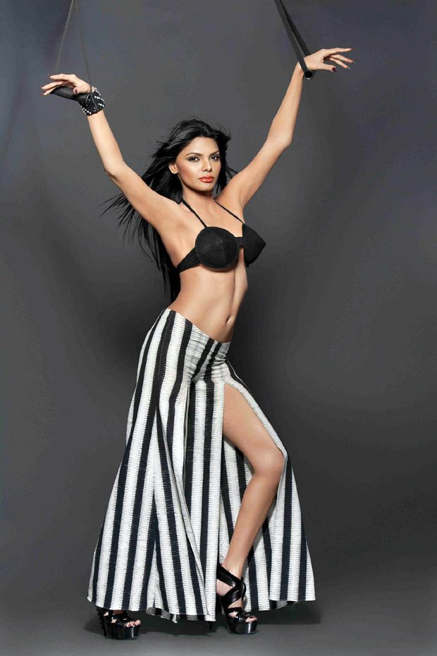 The hot and sexy Bollywood masala actress sherlyn chopra  item girl goes without clothes and with their perfect bra penty booty boobs and cu...