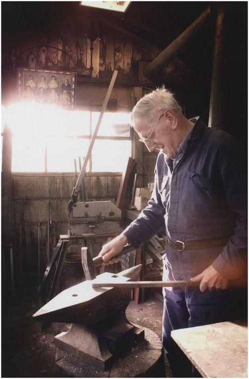 Oud-Woensel, Woenselse Markt 44 - Piet van Grimbergen / Pietje de smid aan het werk in zijn smederij Auteur: Fotopersbureau van de Meulenhof : Wilke, V. (fotograaf) - 1999