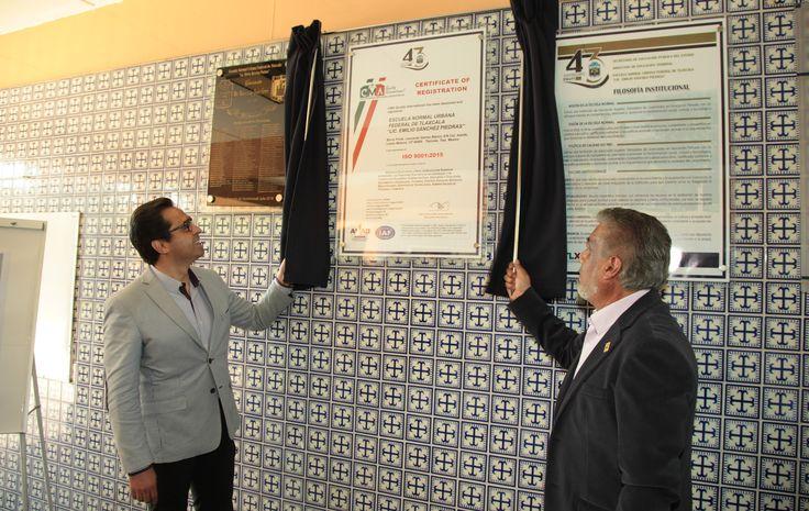 El Secretario de Educación develó la placa alusiva e inauguró la nueva cancha y techumbre del plantel. Contextos Regionales.- En representación del Goberna