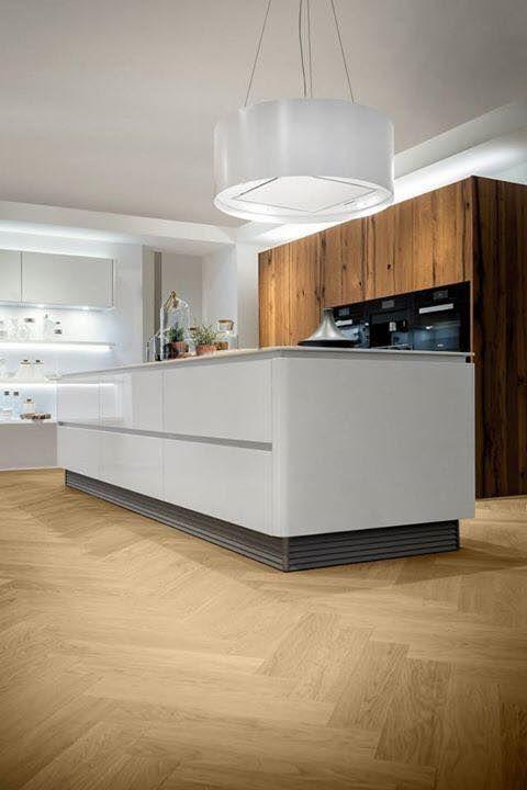 Keuken met kookeiland met Wave design afzuigkap. Ga voor meer keukeninspiratie naar www.keukenstudiostoof.nl