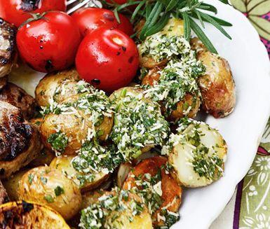 Färskpotatis som rostas får en härlig sötma. Smaksätt med olivolja som blandas med färska örter, citron och parmesan – toppen till grillat lamm eller annat kött.