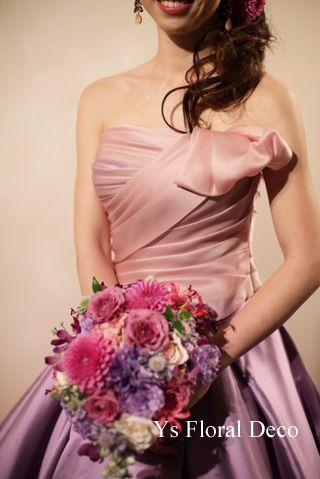 こちらの新婦さんのお色直し時のご様子です。三井倶楽部さんのドラマティックな階段でのショット。白ドレスから、ピンクとラベンダーのバイカラーの素敵なドレスにお...