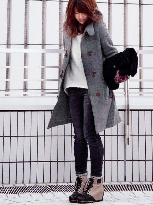 こんにちは☆ 今日も寒いですね❄️ 冬コーデです✧ グレーのダッフルコート モノトーンにしようかと思