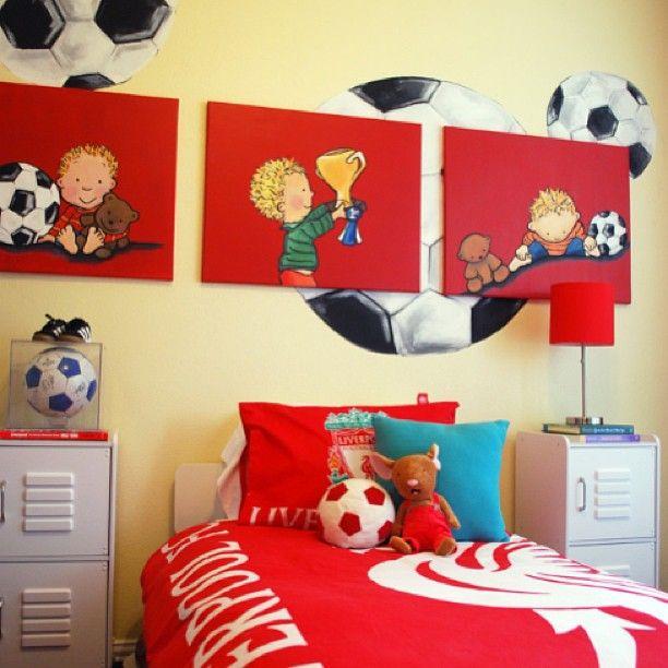 Детская комната для юного футболиста ⚽ #интерьер #стиль #стильжизни #красный #белый #картины #кровать #комната #роспись #футбол #мяч #дизайн #декор #подушки #игрушки #детская #дети #желтый #interior #style #decor #design #pillow