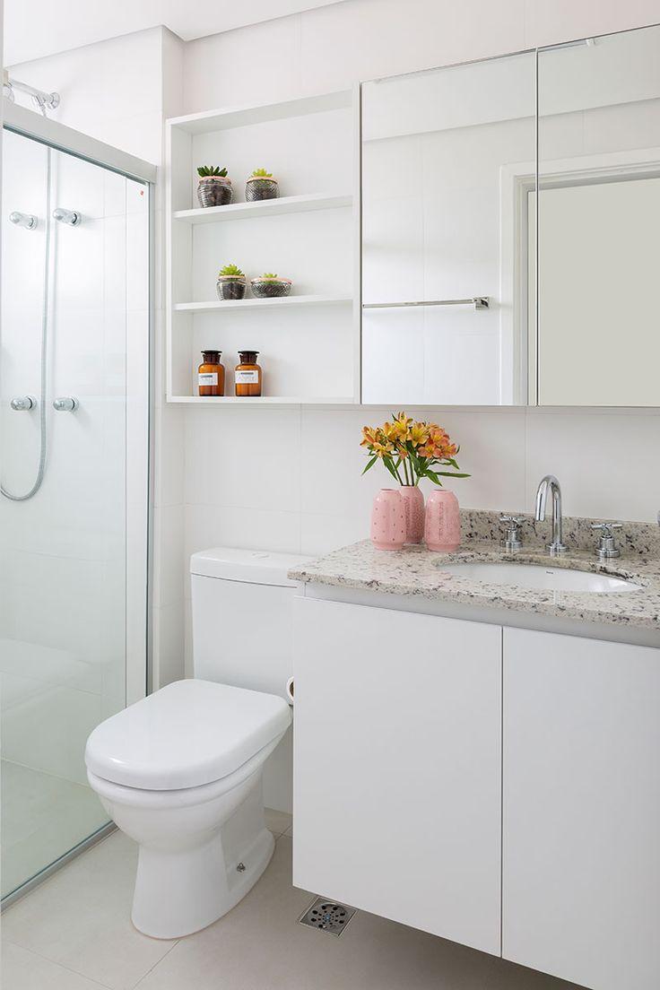 Decoração de apartamento com madeira para dar aconchego. No banheiro, lavabo, branco com flores.