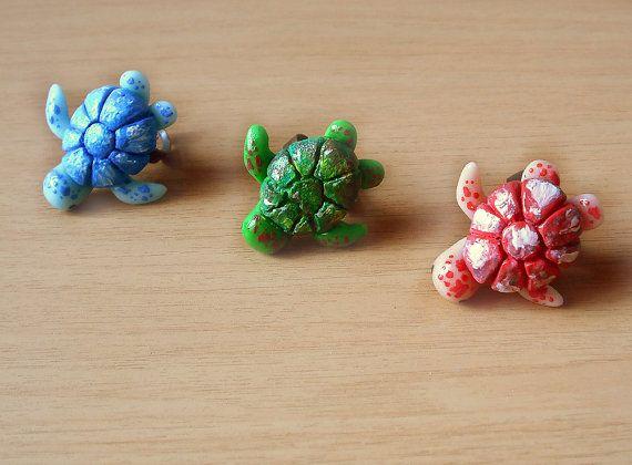 Anello tartaruga marina regolabile di colore azzurro, rosso e verde modellato a mano in porcellana fredda, idea regalo san valentino