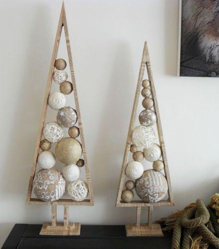 Houten kerstbomen met ballen