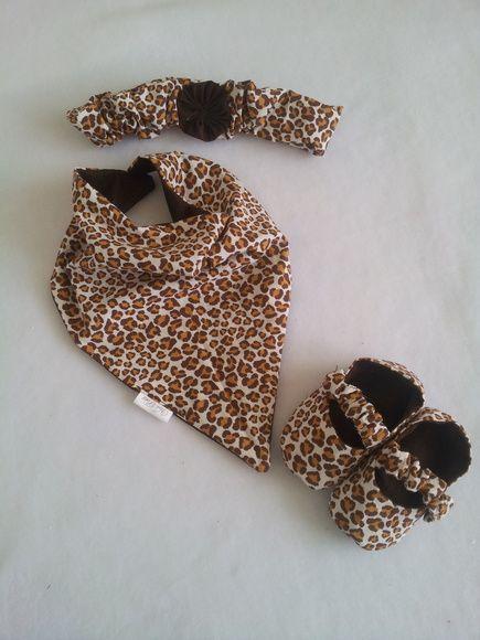 Conjunto contendo: Babador Bandana confeccionado em tecido 100% algodão Sapato confeccionado em tecido 100% algodão e com alça superior em elástico para se ajustar ao pezinho do nene. Solado antiderrapante Faixa de Cabelo R$ 72,00
