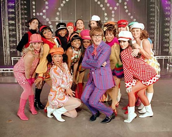 austin powers fashion | CN-77-35F Austin Powers (Mike Myers) has a way with the ladies in New ...