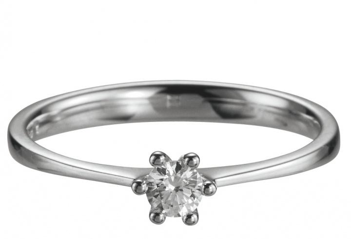 585 Weissgold Verlobungsring mit einem 0,15 ct Diamanten. Wahlweise in 585 oder 750 Gold by verlobungsring.de #hochzeit #liebe #verlobung