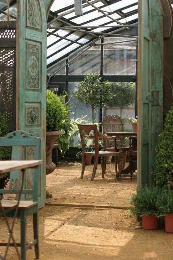 Outdoor/Indoor space greenhouse! [Petersham Nurseries] by reva -> Telhados de Vidro trazem sensação de natureza adentro, com plantas e flores.