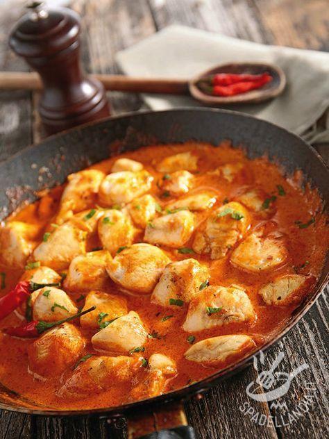 Turkey stew with spicy sauce - I Bocconcini di tacchino al sugo piccante sono un secondo di carne facile e veloce, adatto a chi ama i sapori decisi e il piccante in cucina. #tacchinopiccante