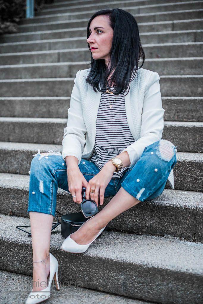 Outfit mit perlenbesetzter ripped Jeans im boyfriend Style, gestreiftes Shirt und weißer Blazer, Sonnenbrille von Aigner | OOTD | Outfit of the day | Outfitinspiration | Julies Dresscode - Fashion Blog | https://juliesdresscode.de