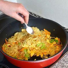 Chinesisch gebratene Nudeln mit Hühnchenfleisch, Ei und Gemüse, ein raffiniertes Rezept aus der Kategorie Studentenküche. Bewertungen: 173. Durchschnitt: Ø 4,5.