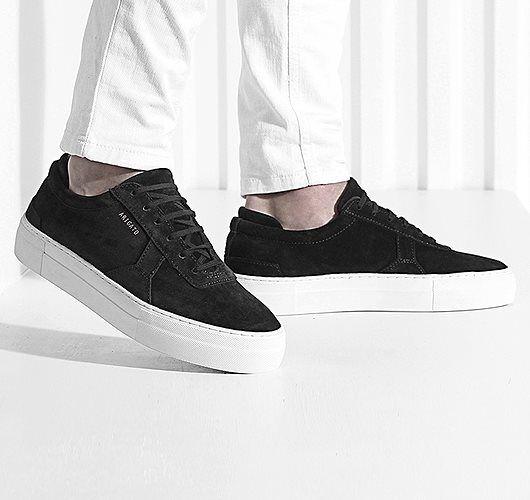 Schlichte Sneaker in Schwarz und Weiß mit Plateau-Sohle und Obermaterial aus Wildleder. Hier entdecken und shoppen: http://sturbock.me/j1K