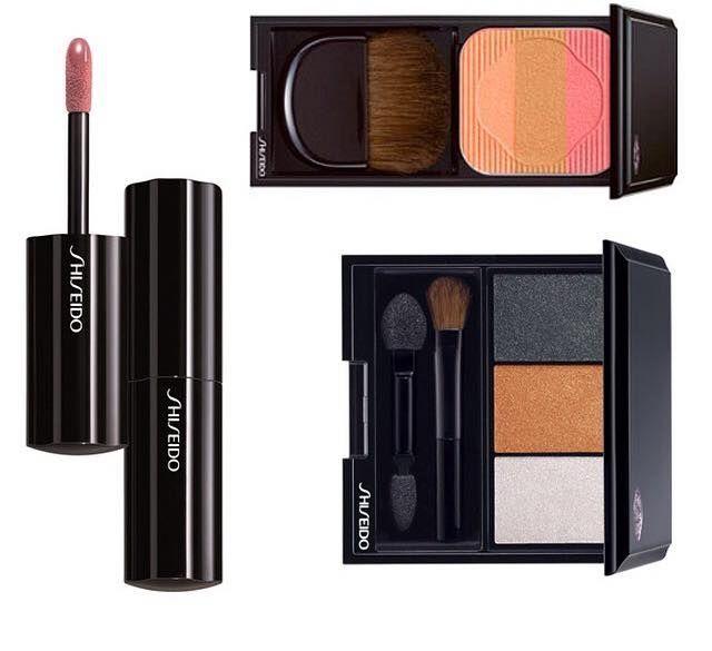 En sevdiğimiz vlogger'lardan Duygu Özaslan @itsmeduyguxo sizin için harika ürünler seçti! Mezuniyetinizde en güzel siz olmak istiyorsanız, sizin için özel olarak hazırlanan setlere göz atın. Duygu Özaslan tarafından seçilen ürünlerden oluşan MEZUNİYETE ÖZEL Shiseido sette; üçlü far paleti, pembe-bej ruj ve şeftali-pembe allık yer alıyor. Setin gerçek değeri: 377 TL. Siz ise bu sete şimdi sadece 245 TL'ye sahip olabilirsiniz