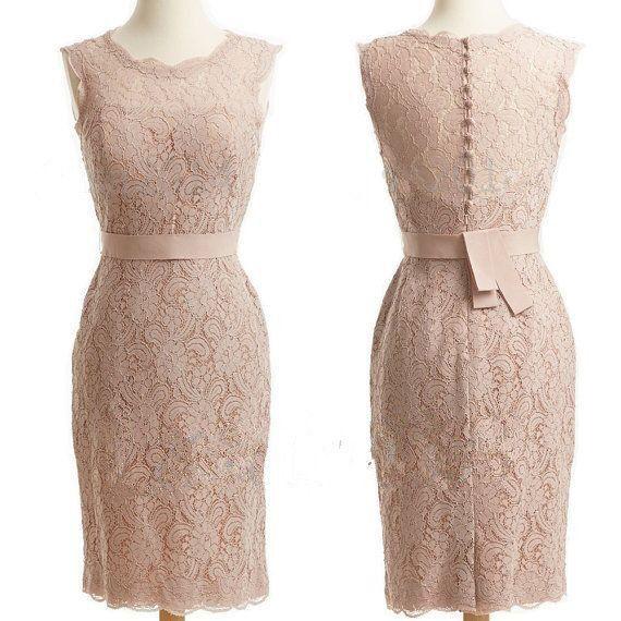 Korte champagne kleurige kanten jurk.