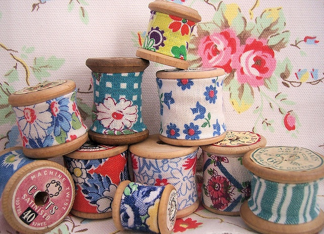 feedsack scraps on vintage wooden cotton spools. Wouldn't these make a sweet garland for a sewing room?
