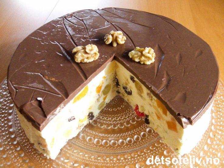 """""""Mørk hemmelighet"""" er en kjempepopulær, norsk fromasjkake som mange er veldig glad i! Det spennende, mørke ytterlaget består av fristende, kjempedeilig, hjemmelaget sjokoladepudding. Sjokoladepuddingen skal egentlig dekke hele kaken for å gjøre den mørk og mystisk. Som du ser på bildet, fikk jeg ikke til å dekke mer enn toppen av kaken med sjokoladepuddingen, selv etter flere forsøk. Kakens hovedinnhold - som i kontrast til det mørke består av kremhvit, søt og fruktig fromasj - ble ..."""