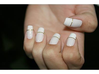 Fios de ouro para decorar as unhas http://vilamulher.com.br/beleza/corpo/fios-de-ouro-para-decorar-as-unhas-2-1-13-1146-e-51.html