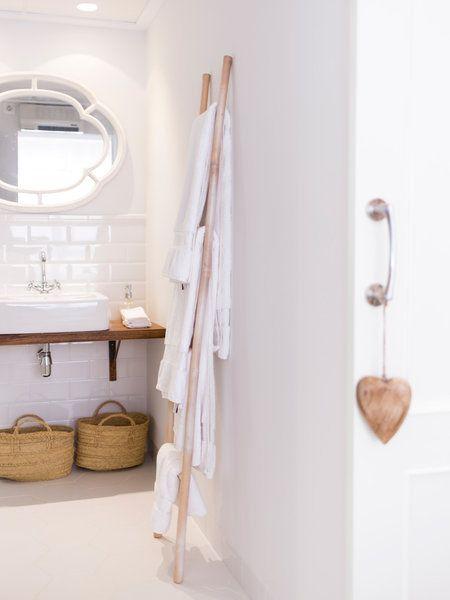 El baño integrado en el dormitorio principal, todo en blanco